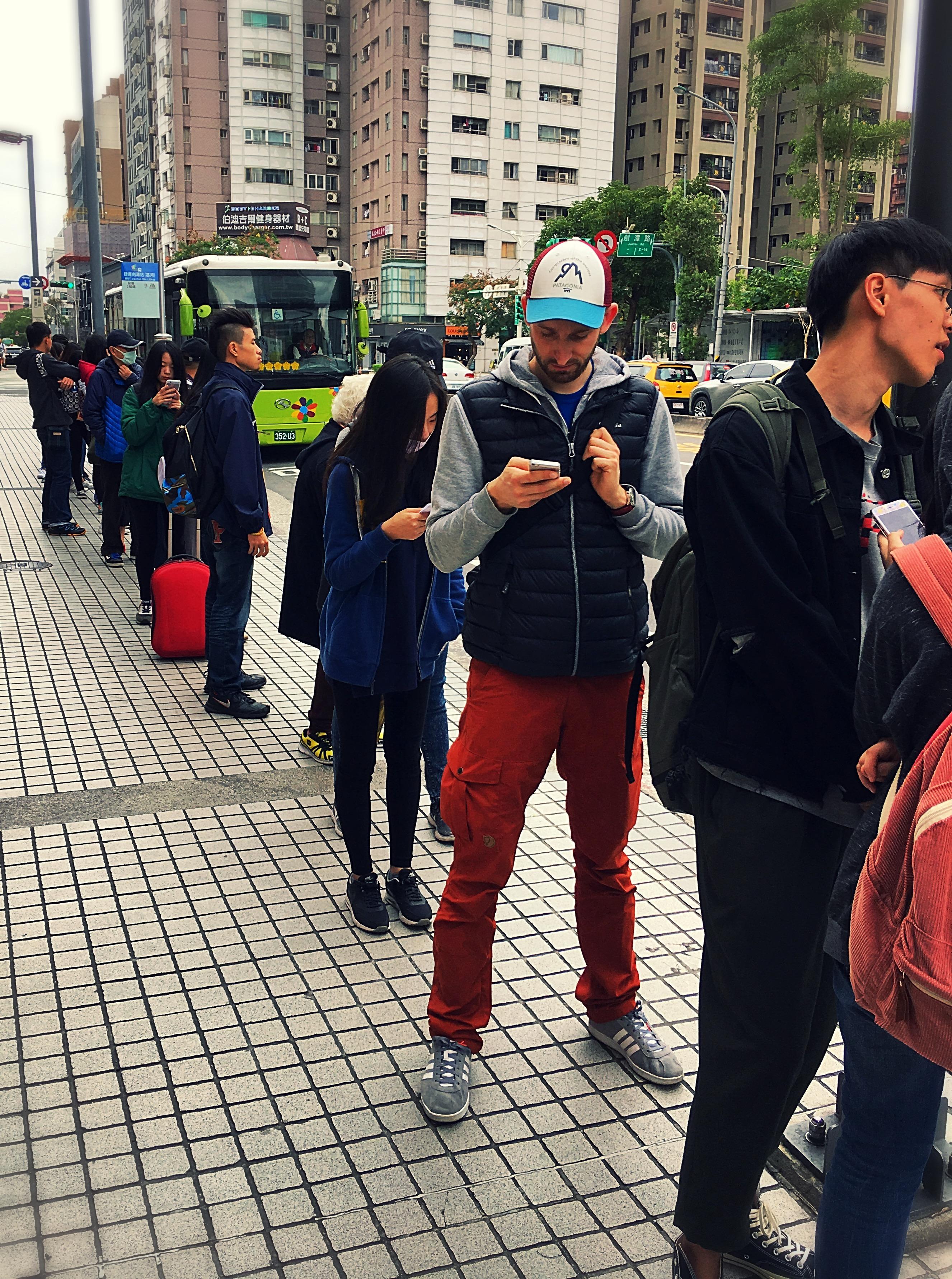 Schlange stehen an der Bushaltestelle